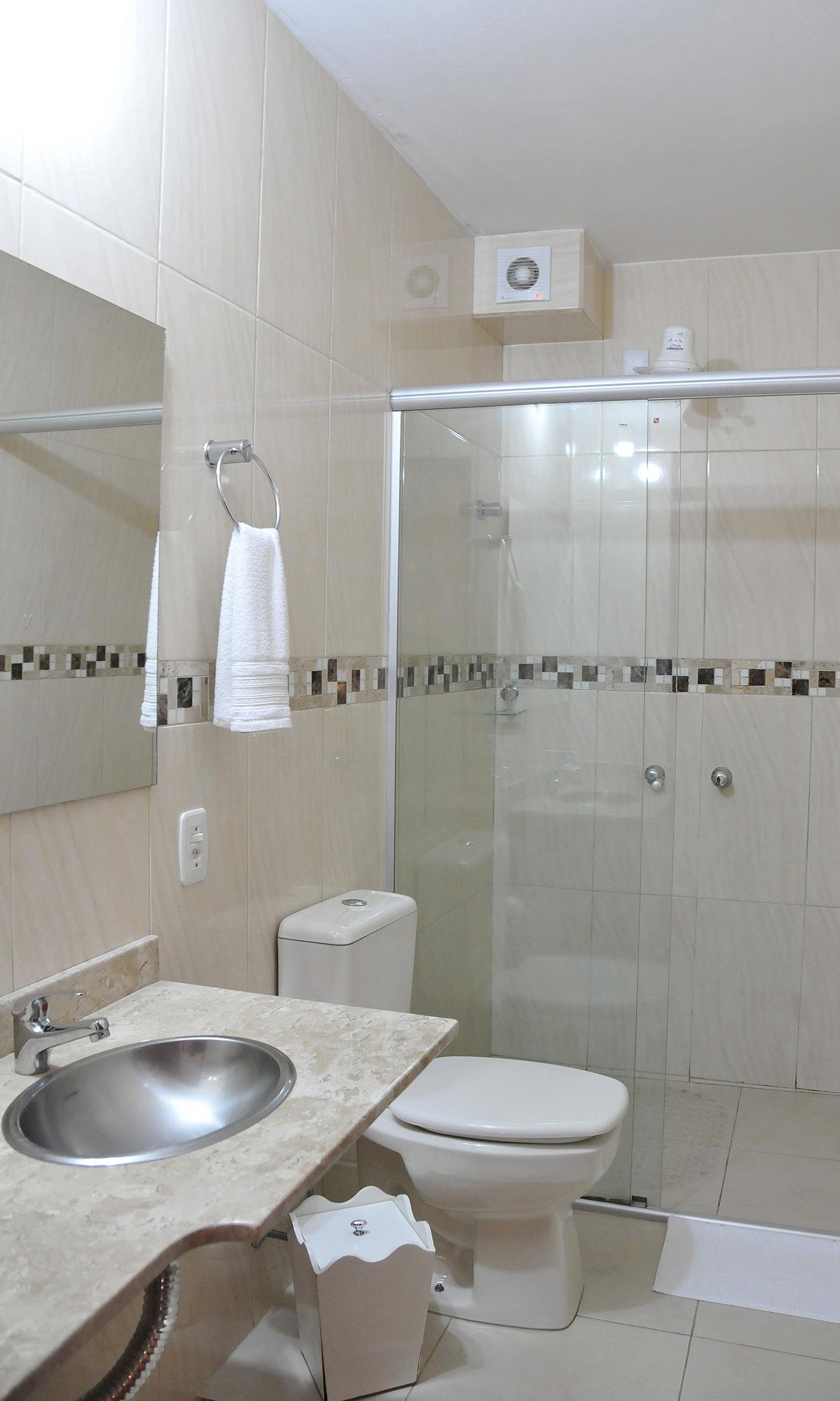 Banheiros com box Blindex e pias em mármore e vidro #5B5044 1417x2362 Banheiro Container Luxo